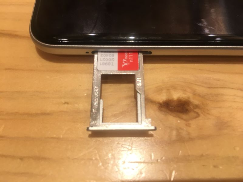 ワイモバイルのSIMカードをSIMスロットに差し込む際の写真